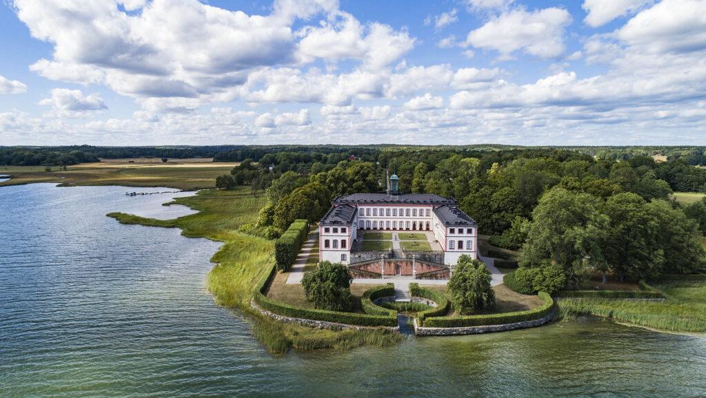 Vitt slott vid vattnet/A white castle by the sea