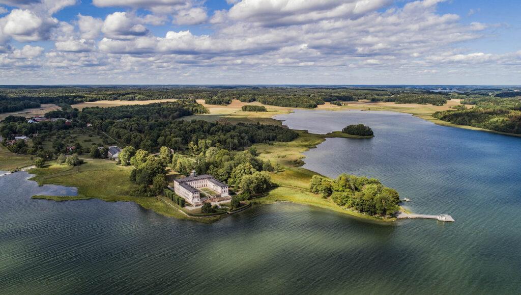 Slott vid vattnet fotograferat ovanfrån/A castle by the seaside, picture taken with a drone