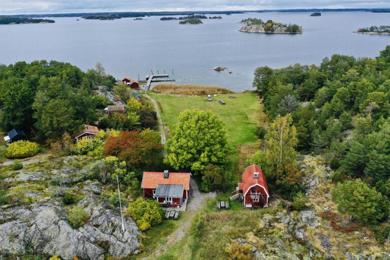 Drönarbild på ö med röda hus