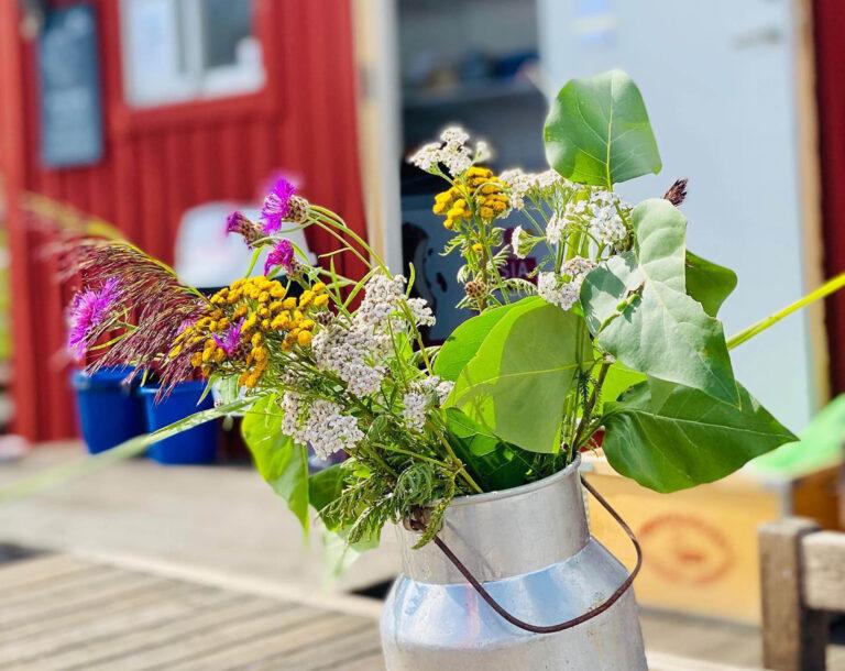 Blommor i plåtbytta