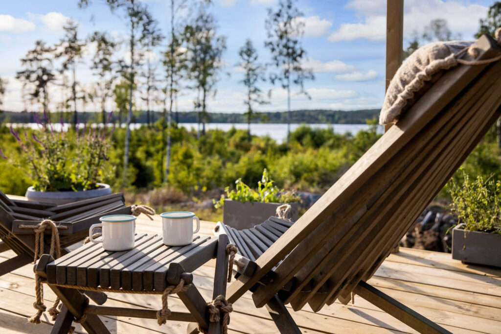 Bord och stol med utsikt över sjö/Chairs and a table with view over a lake