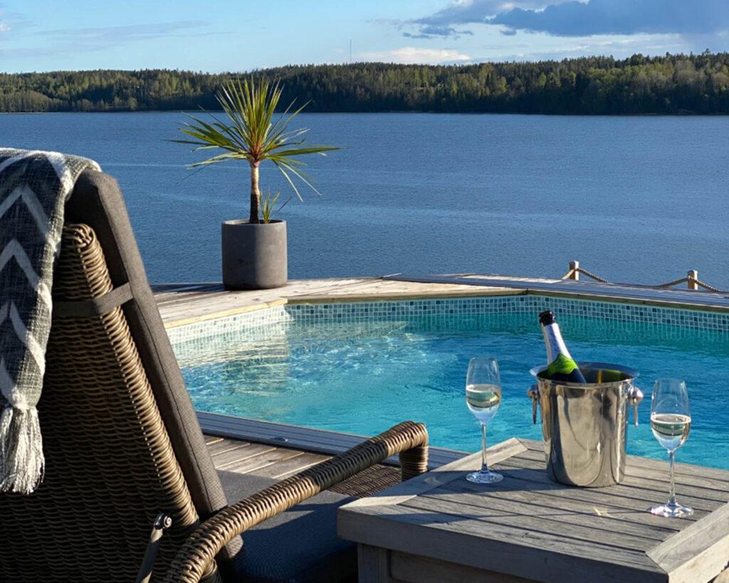 Pool med utsikt över sjö
