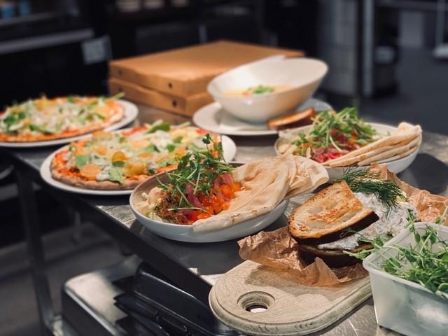 Olika rätter uppdukade på ett bord/various dishes served on a table.