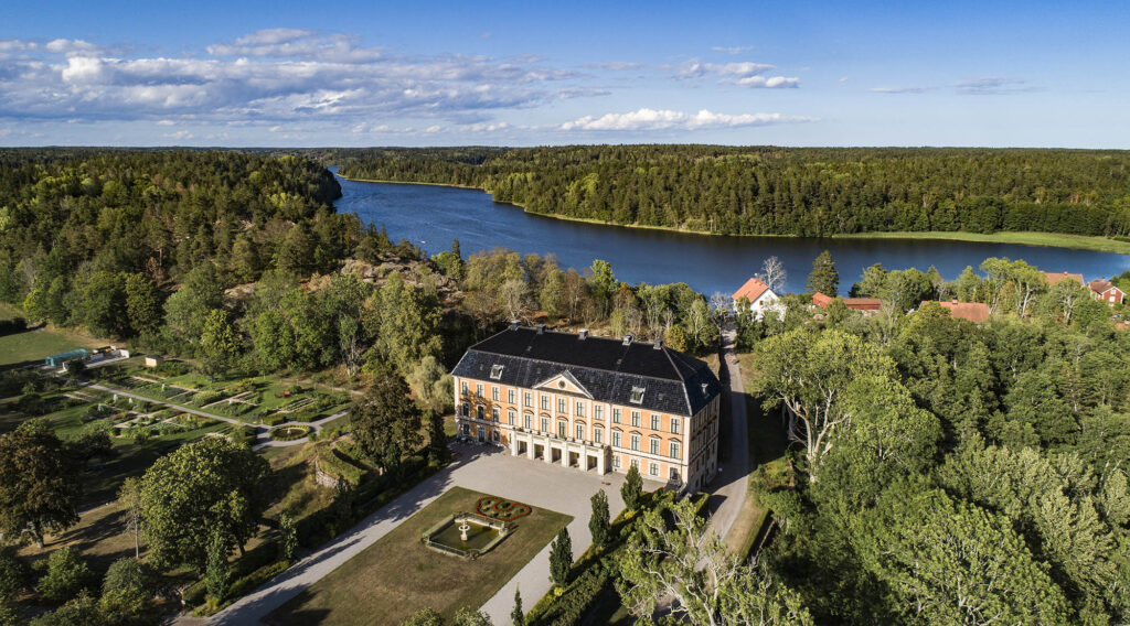 Nynäs slott fotograferad ovanfrån/A yellow castle pictured from above