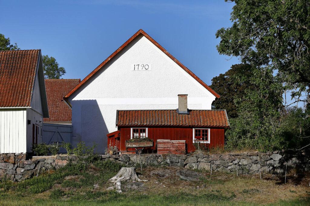 Stort vitt hus och mindre rött/Large white house and a smaller red