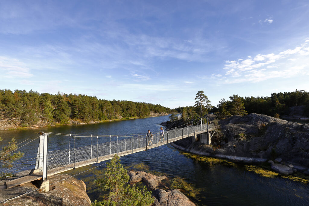 Två personer på en hängbro/Two people on a suspantionbridge