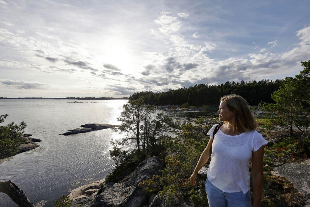 Kvinna tittar ut över hav