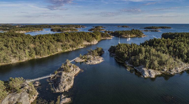 Drönarbild på öar med broar