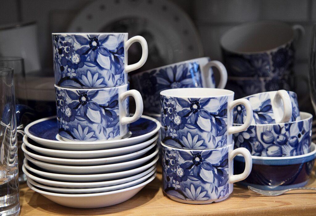 Blå mönstrade koppar med fat
