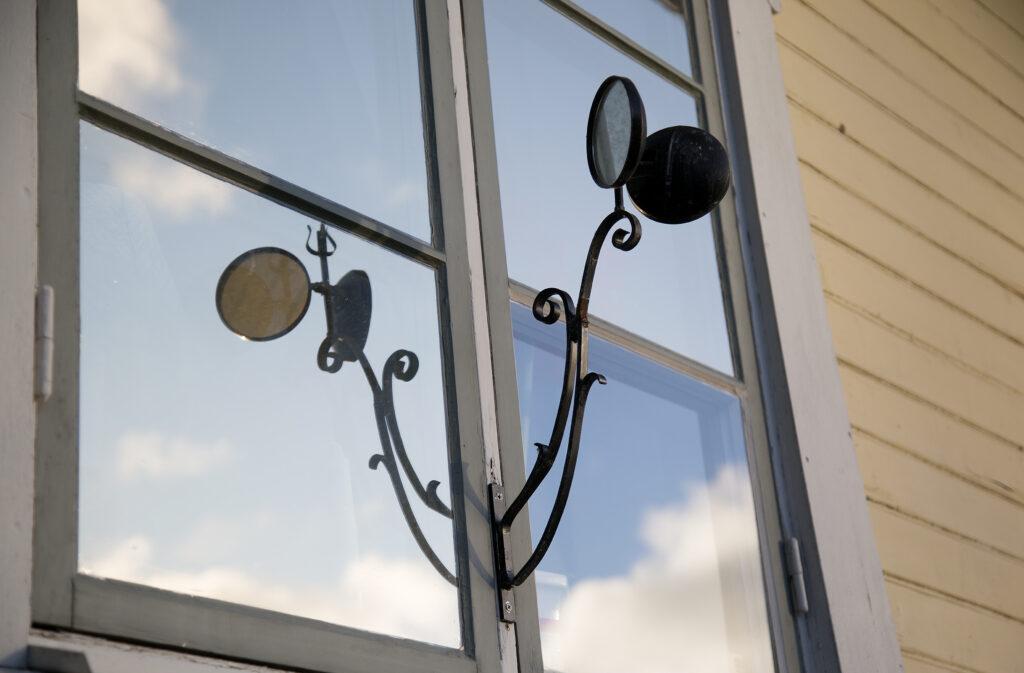 Skvallerspegel som speglas i fönsterglas