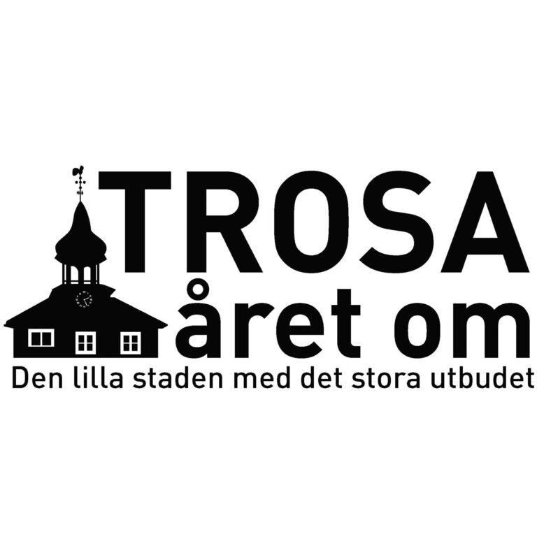 Logga för Trosa året om. Svart text med rådstugan brevid/Sign for Trosa året om. Black text with the town hall next to it