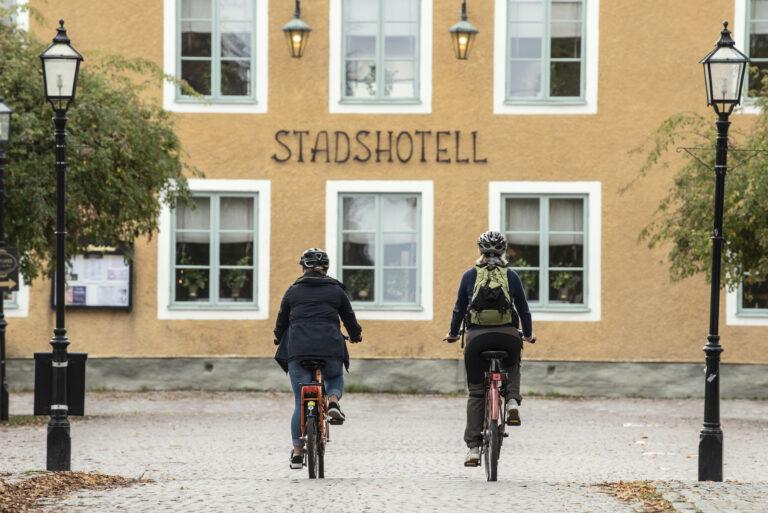 Två cyklister på Trosa torg