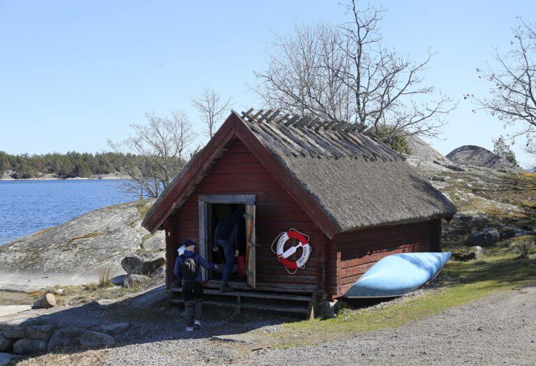Röd bod med vasstak på Sävö/red shed with reed roof