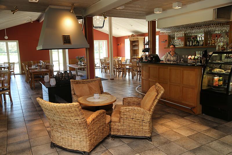 Rottingfåtöljer och en bar inne på Åda restaurang/ Rattan armchairs and a bar inside Åda restaurant