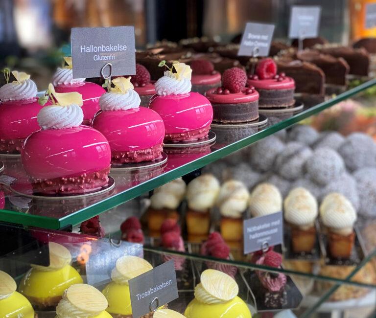 Färglada, vackra bakelser/Beautiful pastries on display