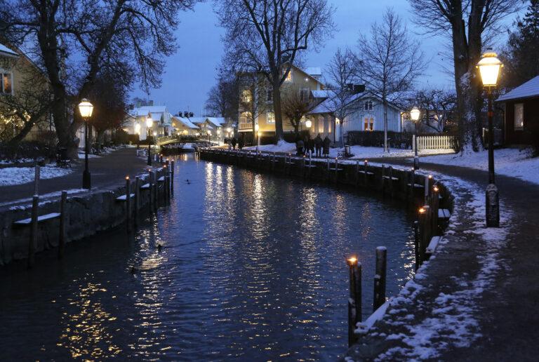 Trosaån med marschaller/Outdoor torches along the river