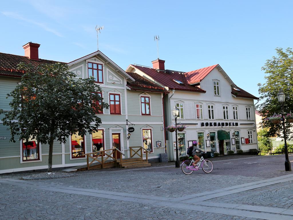 Trosa torg och bokhandel/Trosa square and bookstore.